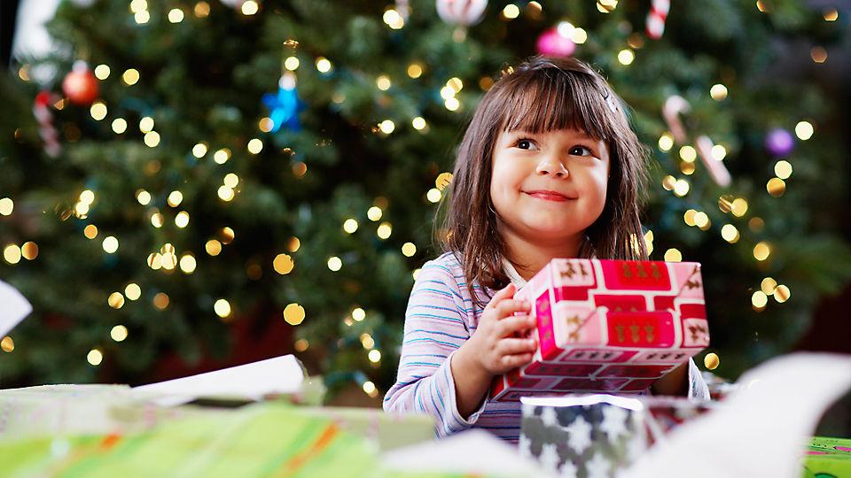 Ребенок под елкой с подарками 26